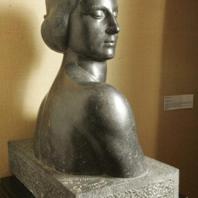 Buste de femme, granit noir, 1924, sculpture de Georges Chauvel, don Berthe Chauvel 1973, n° Inv. 1973.2.2 © Musée du château de Dourdan