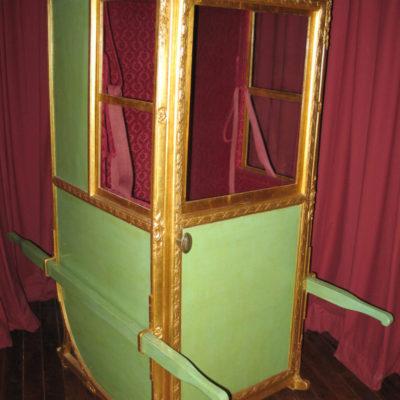 Chaise à porteur appartenant à la famille Verteillac, bois peint et velours rouge, XVIIIe siècle, don hôtel-Dieu, 1968, n° Inv. 1968.1.1 © Musée du château de Dourdan
