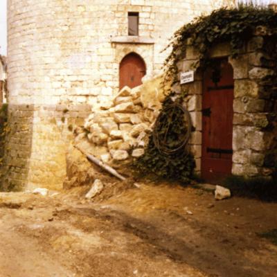 Déblaiements des fossés du donjon à partir de 1975 © Musée du château de Dourdan